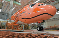 まつげのある3号機、足場もオレンジになった塗装工場 写真特集・ANA A380 3号機ロールアウト(前編)