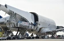 1000機目の787、米国へ主翼輸送 ドリームリフター機内、日本初公開