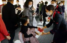 JAL、羽田でバレンタインイベント マスク着用でチョコ配布