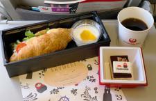 日本から2時間半の欧州、機内食は軽め JALウラジオストク初便搭乗記