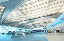 羽田2タミ国際線施設、滑走路見える出発ロビー 国内線乗継は同一階で利便性向上