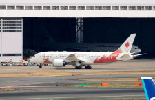 聖火輸送機、羽田へ移動 まもなくアテネへ、JAL787にANAロゴも