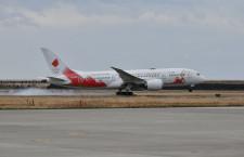聖火輸送機、松島基地に着陸 早朝から強風吹く