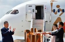 JALとANA協力し聖火輸送 特集・TOKYO 2020号、日本へ無事到着