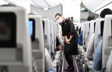 JALのCA、目の表情から察して接客 特集・新型コロナと機内サービス