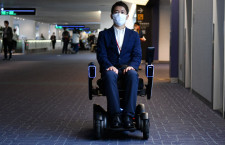 JAL、羽田空港で自動運転車いすサービス開始 世界初、誰でも利用可