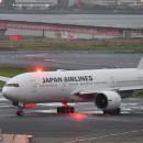 JAL、初の777-200ER退役機が鶴丸ロゴのまま離日 JA704Jがビクタービルへ