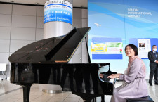 仙台空港、復興ピアノ「ローラ」お披露目 東日本大震災で海水浸る