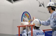 ANA、737-700に退役記念デカール貼付 最後の2機に
