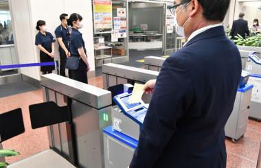 ANA、羽田保安検査場入口に自動ゲート 搭乗券かざして通過