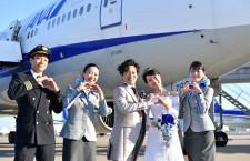 ANA、羽田駐機中の777で結婚式 便名は末広がりNH8888便