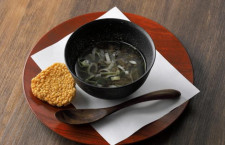 JALと春華堂、だしスープで楽しむ五穀せんべい 北米発中部行き機内食にも