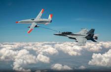ボーイング無人機MQ-25、F/A-18に空中給油成功