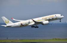 JAL、金の鶴丸2020ジェット3号機就航 金色コンテナ載せ新千歳へ
