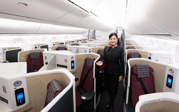 足もと立体交差のビジネスクラス 写真特集・JAL 11代目CA新制服と主要機材(4)787-9 E91編