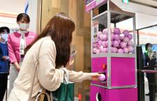 ピーチ、渋谷パルコで行き先選べない「旅くじ」 カプセル自販機で販売