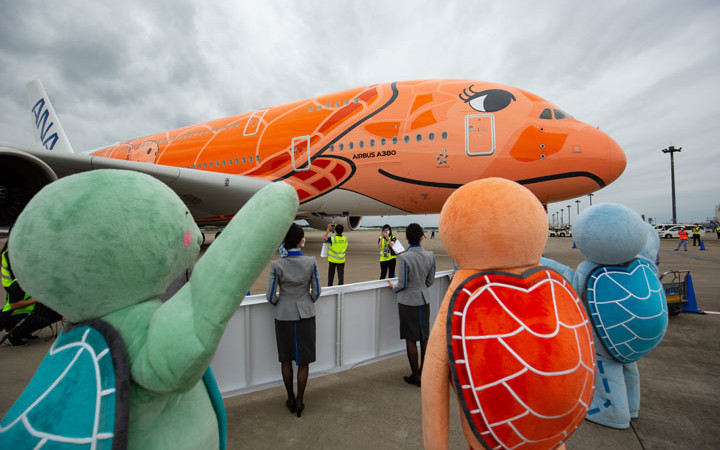 ANAのA380、まつげのあるオレンジ3号機が成田到着 就航は未定