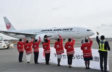 JAL、羽田-札幌就航70周年 CAの初代制服で利用客に謝意
