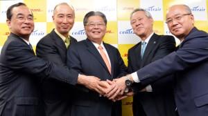 握手を交わすDHLエクスプレスのシュー アジア太平洋地区CEO(中央)とDHLジャパンの山川社長(中央左)と中部空港会社の川上社長(中央右)ら=13年4月 PHOTO: Tadayuki YOSHIKAWA/Aviation Wire