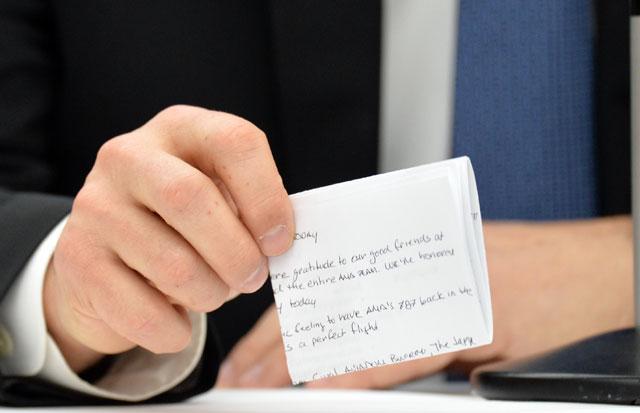 会見で使用したメモを手にするボーイング民間航空機部門のコナー社長=4月28日 PHOTO: Tadayuki YOSHIKAWA/Aviation Wire