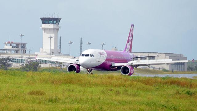 石垣空港に到着したピーチの関空発初便=6月14日 PHOTO: Tadayuki YOSHIKAWA/Aviation Wire