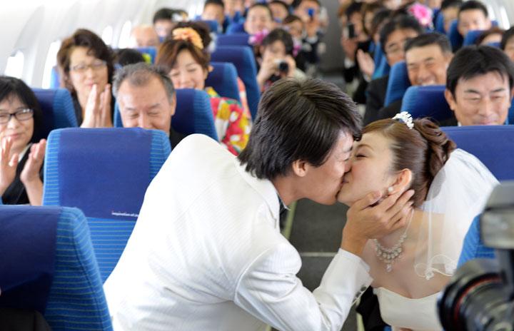 ANA、駐機中777で結婚式 5-6月に9回、ラウンジも貸し切り