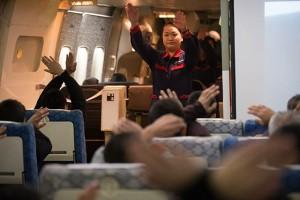 衝撃防止姿勢を説明するJALの客室乗務員=2月18日 PHOTO: Tatsuyuki TAYAMA/Aviation Wire