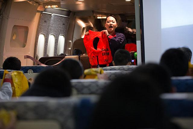 ライフジャケットについて説明するJALの客室乗務員=2月18日 PHOTO: Tatsuyuki TAYAMA/Aviation Wire