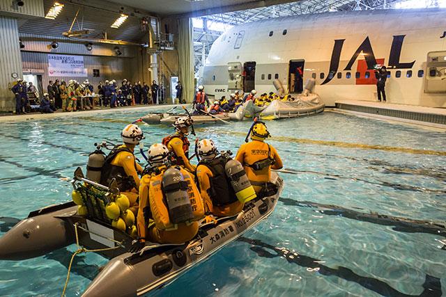 ボートで救助に向かう消防隊員=2月18日 PHOTO: Tatsuyuki TAYAMA/Aviation Wire