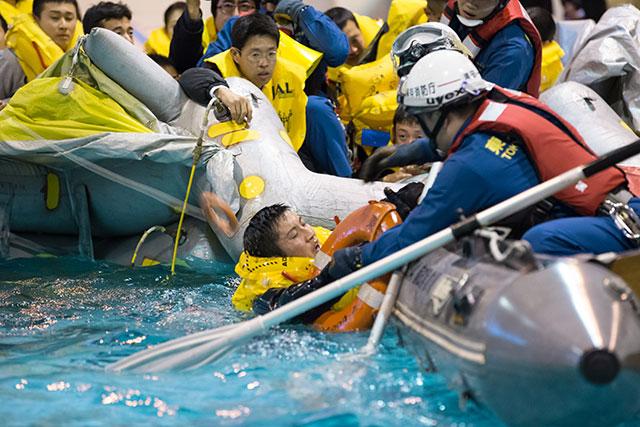 プールに転落した乗客を救助する消防隊員=2月18日 PHOTO: Tatsuyuki TAYAMA/Aviation Wire