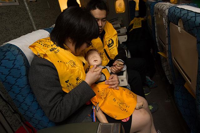 訓練では赤ん坊の人形も使用=2月18日 PHOTO: Tatsuyuki TAYAMA/Aviation Wire