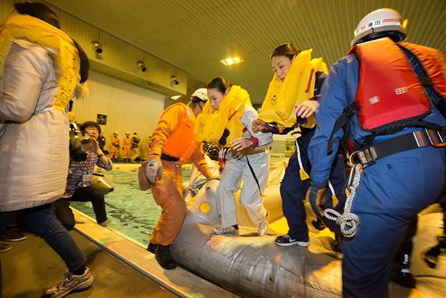 スライドラフトから降りる客室乗務員=2月18日 PHOTO: Tatsuyuki TAYAMA/Aviation Wire