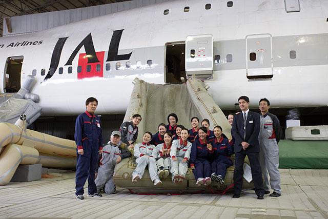 月内に取り壊される訓練センターで記念写真に収まる客室乗務員ら=2月18日 PHOTO: Tatsuyuki TAYAMA/Aviation Wire