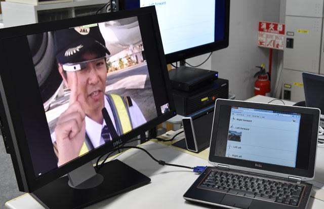 グーグルグラスを装着したJALの整備士=5月2日 PHOTO: Tadayuki YOSHIKAWA/Aviation Wire