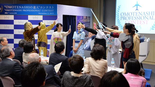 個人部門に出場する樋之口 みゆきさんの応援団=12月2日 PHOTO: Tadayuki YOSHIKAWA/Aviation Wire