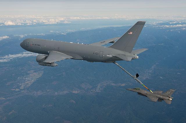 米空軍KC-46A、F-16へ空中給油成...