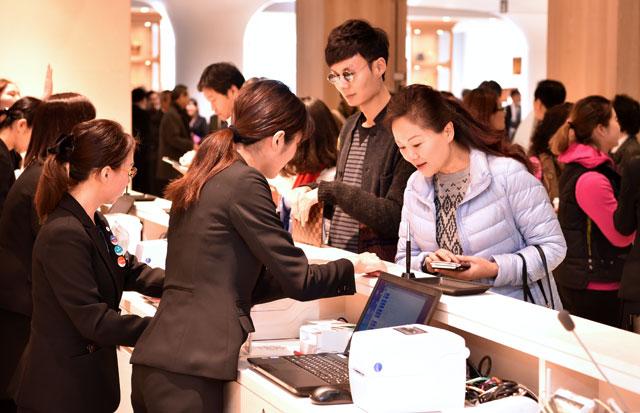 銀座三越に訪日客向け免税店 日本人出国者の利用も