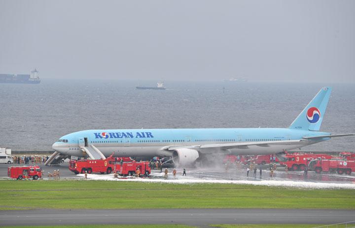 大韓航空の777、羽田で出火 5万人に影響、終日乱れ
