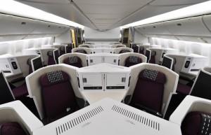 中央席の足もとが完全立体交差する世界初のビジネスクラスシート「スカイスイートIII」を採用したJALスカイスイート777=16年6月10日 PHOTO: Tadayuki YOSHIKAWA/Aviation Wire