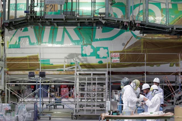 ベア・ドゥ北海道JETの塗装作業を準備するMROジャパンのスタッフ=16年7月8日 PHOTO: Kiyoshi OTA/Aviation Wire =16年7月8日 PHOTO: Kiyoshi OTA/Aviation Wire