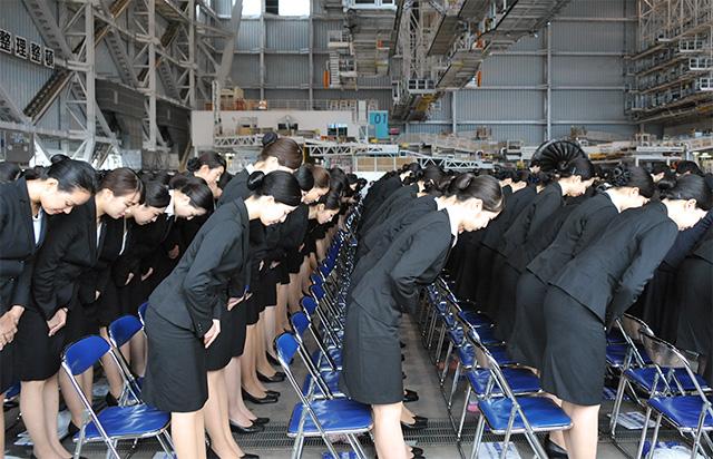 なぜ日本人の働く女の子は必ず黒髪ポニーテールで黒ハイヒール履いてるの? ->画像>8枚