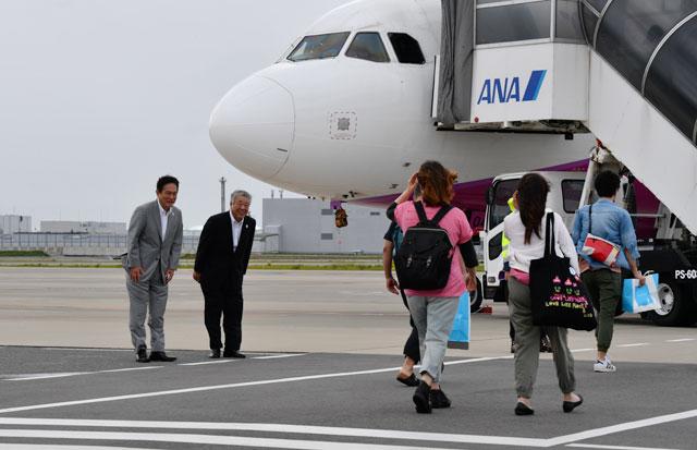 関空再開初便となったピーチの新潟行きMM143便に搭乗する乗客を見送る井上CEO(左)と角城健次副社長=18年9月7日 PHOTO: Tadayuki YOSHIKAWA/Aviation Wire