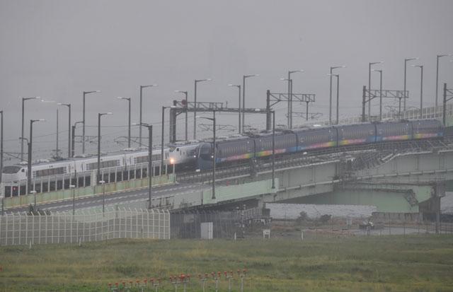 18日から鉄道の運行が再開された関空連絡橋ですれ違う南海の関空行きラピート (手前)と関空を出発したJRのはるか=18年9月21日 PHOTO: Tadayuki YOSHIKAWA/Aviation Wire