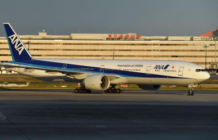 ANA、駐機中777で機内食 羽田でファーストとビジネスクラス