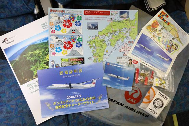 シートに置かれていた搭乗証明書やパンフレットなど =18年12月2日 PHOTO: Masahiro SATO/Aviation Wire