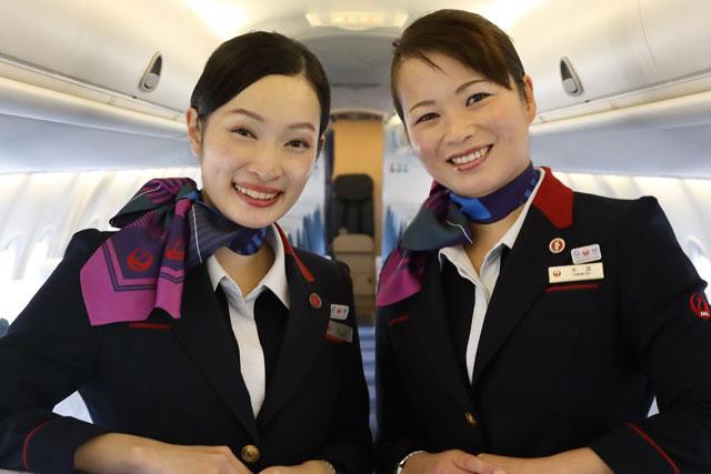 Q400の最終商業運航を担当した客室乗務員の米満さん(右)と吉村さん=18年12月2日 PHOTO: Masahiro SATO/Aviation Wire