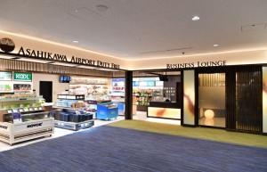 旭川空港国際線制限エリア内にオープンしたラウンジ(右)と空港直営免税店=19年1月29日 PHOTO: Tadayuki YOSHIKAWA/Aviation Wire