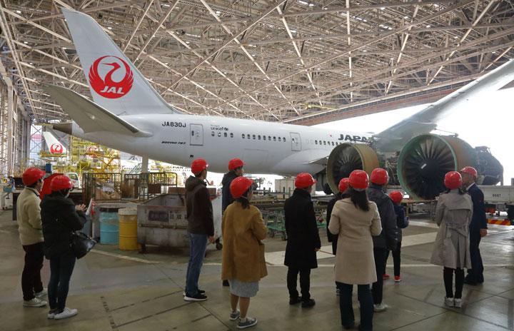 JAL、格納庫見学を無料生中継 MS「ホロレンズ」活用、双方向のやり取りも