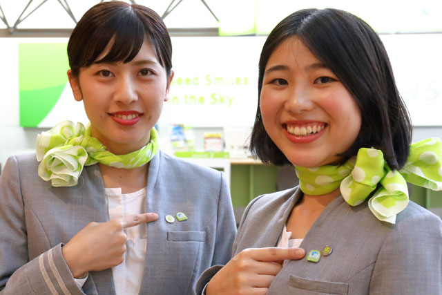 サービス介助士の資格取得者がつけるバッジを紹介するソラシドエアの地上係員 =19年6月25日 PHOTO: Masahiro SATO/Aviation Wire