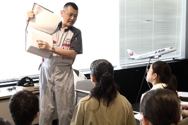 中高生を対象にしたJALの航空教室で生徒の質問に答える整備士の波多江さん =19年8月9日 PHOTO: Masahiro SATO/Aviation Wire